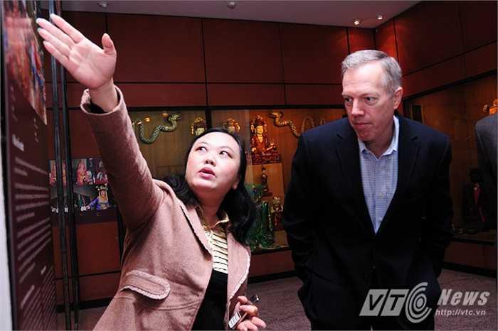 Đại sứ say sưa theo dõi người hướng dẫn thuyết minh về các dân tộc