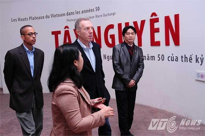 Ông ghé qua tất cả các khu trưng bày về những dân tộc ở Việt Nam, từ Tây Bắc cho đến Tây Nguyên rồi vùng Tây Nam Bộ