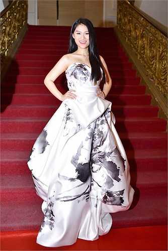 Trong sự kiện này, Ngọc Thanh Tâm gây chú ý khi mặc chiếc váy hở vai trần gợi cảm được thiết kế vô cùng ấn tượng và độc đáo.
