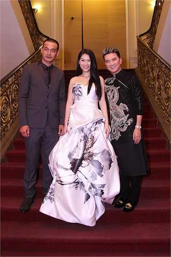 Được biết, đây là bộ trang phục Đàm Vĩnh Hưng đặt mua ở Mỹ và tặng riêng cho Ngọc Thanh Tâm sau khi con gái nuôi đạt được những thành công trong năm 2014.