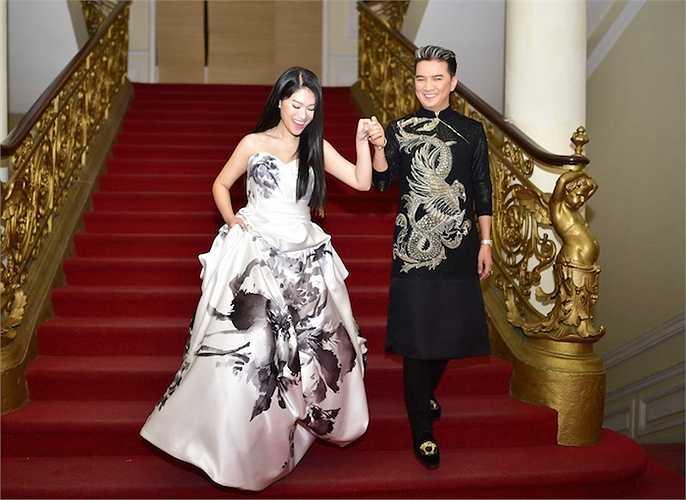 Chiếc váy với hoạ tiết bắt mắt này chỉ có 2 chiếc ở Mỹ và Mr Đàm đã phải rất khó khăn mới có thể mua và vận chuyển về Việt Nam.
