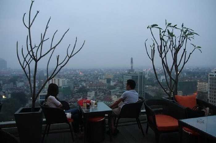 Hà Nội cũng có một số quán cà phê view rất đẹp và trang trí phù hợp cho các cặp tình nhân muốn có không gian lãng mạn để tâm sự.