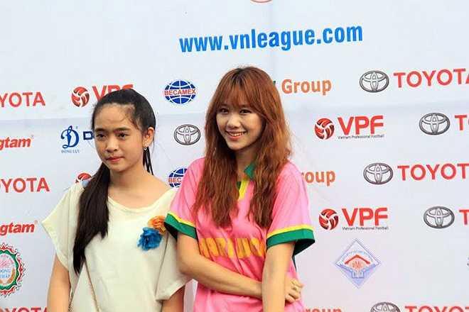 Sự xuất hiện của nữ ca sĩ xinh đẹp mang hai dòng máu Việt-Hàn ở sân Cao Lãnh là một bất ngờ thú vị với một đội bóng được coi là 'nhà nghèo' như Đồng Tháp. (Ảnh: Tri thức trẻ)