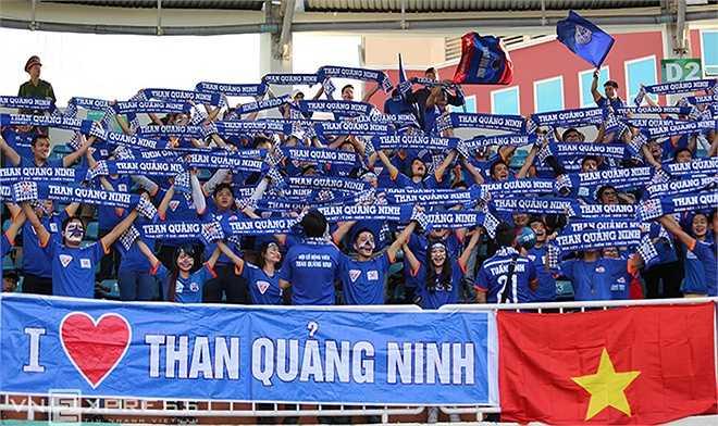 Trong khi đó, hàng trăm CĐV đất Mỏ đã vượt cả ngàn cây số tới sân Pleiku cổ vũ cho Than Quảng Ninh khi họ làm khách của HAGL. (Ảnh: Vnexpress)