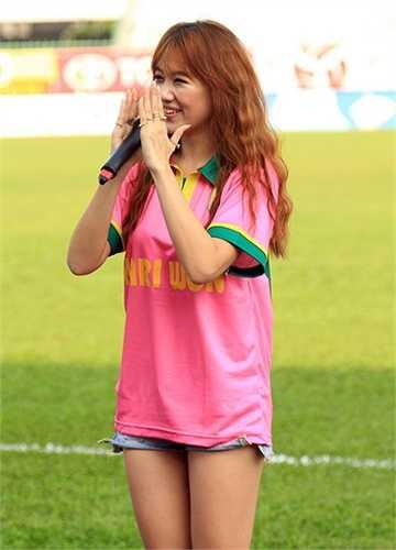 Hari Won gây được cảm tình bởi bề ngoài xinh đẹp và rất thân thiện khi giao lưu với người hâm mộ. Cùng biểu diễn với cô còn có bạn trai rapper Tiến Đạt. (Ảnh: Tri thức trẻ)