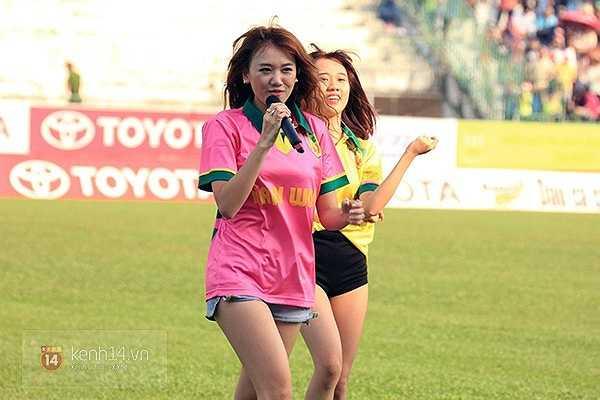 Hari Won hát 4 bài, 2 bài trước trận và 2 bài lúc 2 đội nghỉ giữa trận. (Ảnh: Tri thức trẻ)