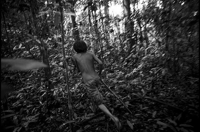Anh chàng thợ săn Arawata đuổi theo một con thú bằng đôi chân trần.