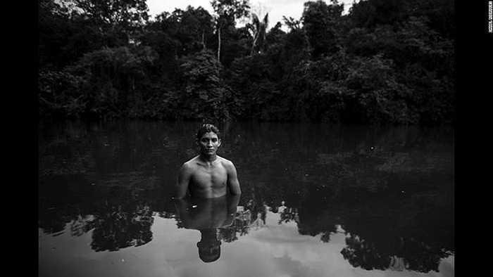 Trong ảnh là Marimy, khi anh đang tắm ở một con sông gần làng Guaja, Alto Turacu.