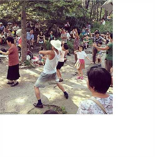 Người dân Triều Tiên tập thể dục trong công viên Moranbong ở thủ đô Bình Nhưỡng