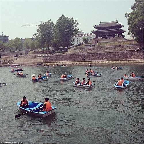 Trò chơi bơi thuyền dưới nước của giới trẻ Triều Tiên