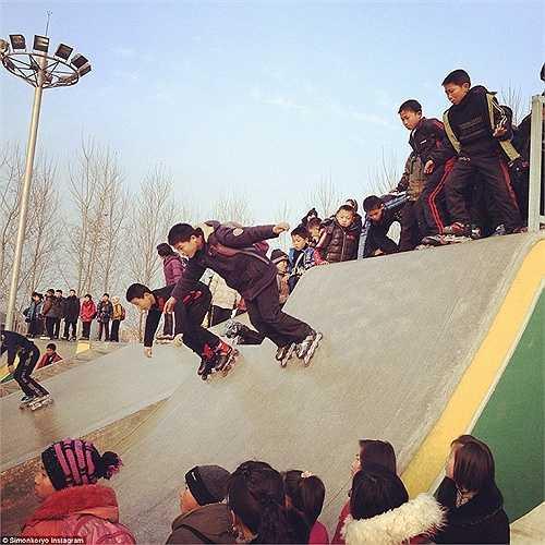 Trẻ em tại Triều Tiên cũng được chơi trượt patin cùng bạn bè trong công viên.