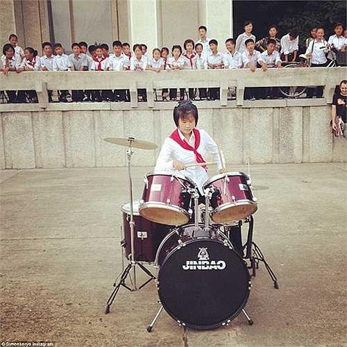 Cô gái đang chơi trống ở Pyongsong.