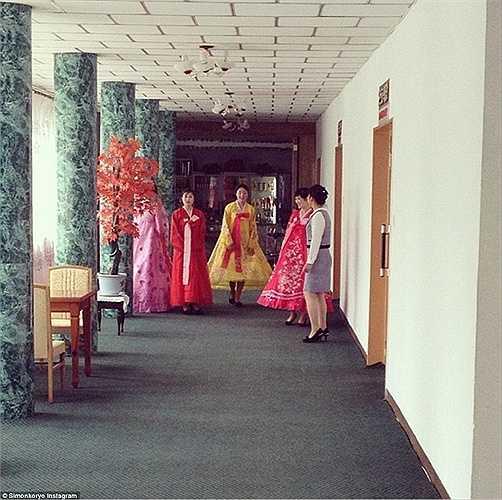Còn đây là lễ tân tại khách sạn Jannamsan thuộc thành phố Kaesong, tỉnh Hwanghae Bắc. Họ mặc trang phục truyền thống trong giờ làm việc