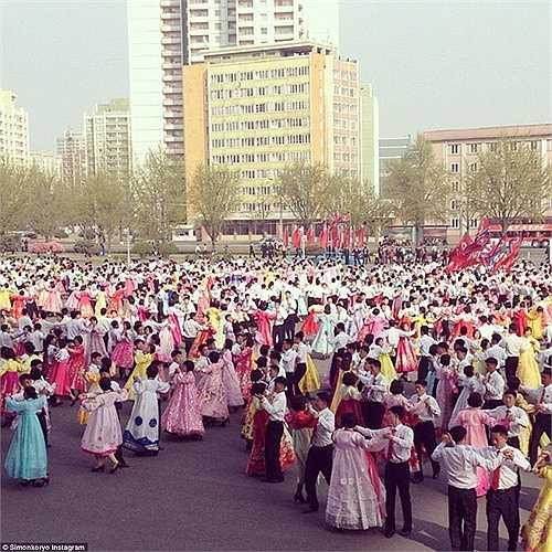 Một điệu nhảy tập thể của người dân Triều Tiên ở Bình Nhưỡng.