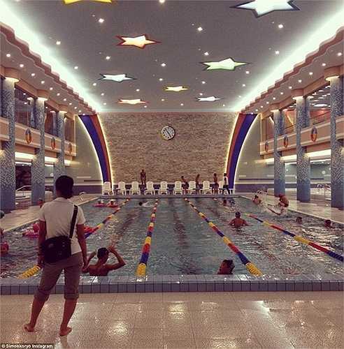 Thiếu niên tập bơi trong trại hè dành cho trẻ em tại thành phố Wonsan