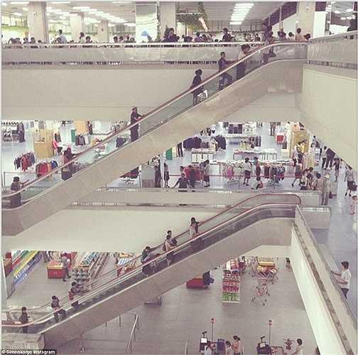 Người dân Triều Tiên tấp nập mua sắm bên trong siêu thị Kwangbok