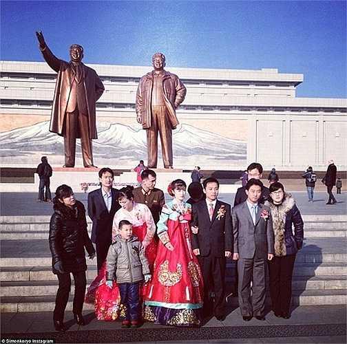 Một đám cưới ở Triều Tiên. Cô dâu, chú rể cùng gia đình chụp ảnh trước tượng đài cố chủ tịch Triều Tiên Kim Jong-il