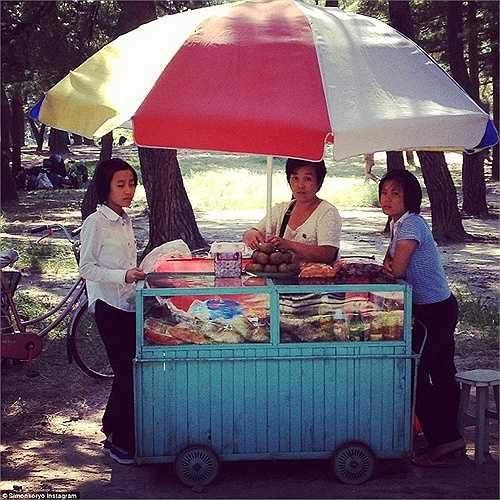 Hình ảnh người phụ nữ bán hàng rong gần bãi biển Wonsan