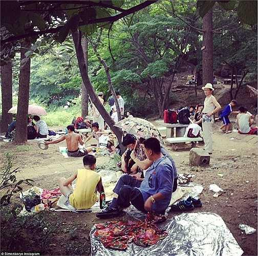 Các gia đình đi dã ngoại ở công viên Moranbong.