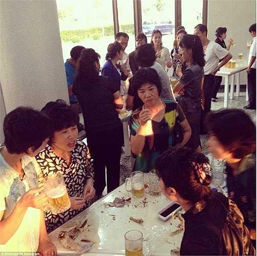 Cockerell đã gặp một nhóm các bác sĩ nói tiếng Anh trong một quán bia ở Bình Nhưỡng.