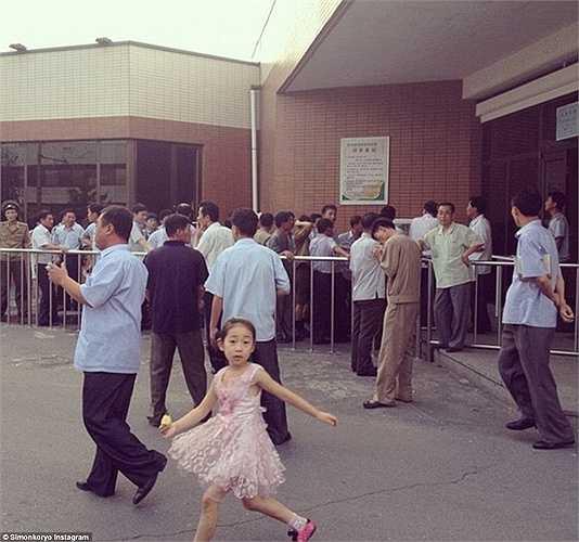 Người dân Triều Tiên xếp hàng dài bên ngoài nhà máy bia Kyonghunggwan.