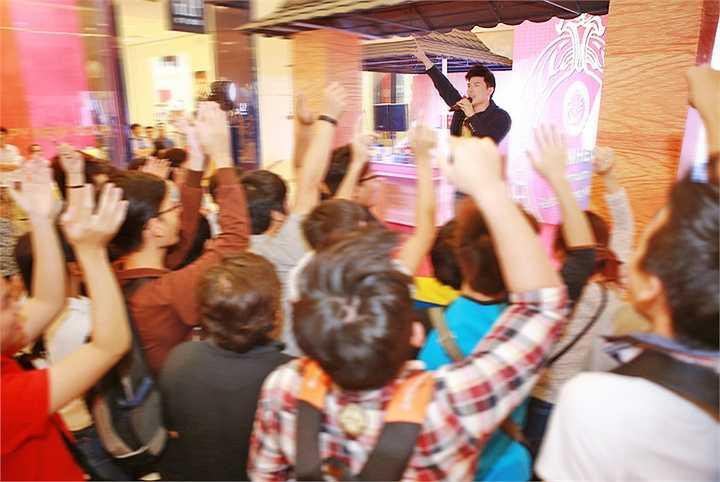 Nam ca sĩ điển trai xuất hiện lịch lãm với bộ vest hàng hiệu trị giá hơn 100 triệu khi biểu diễn cho một sự kiện lớn tại một khách sạn 5 sao vào buổi sáng
