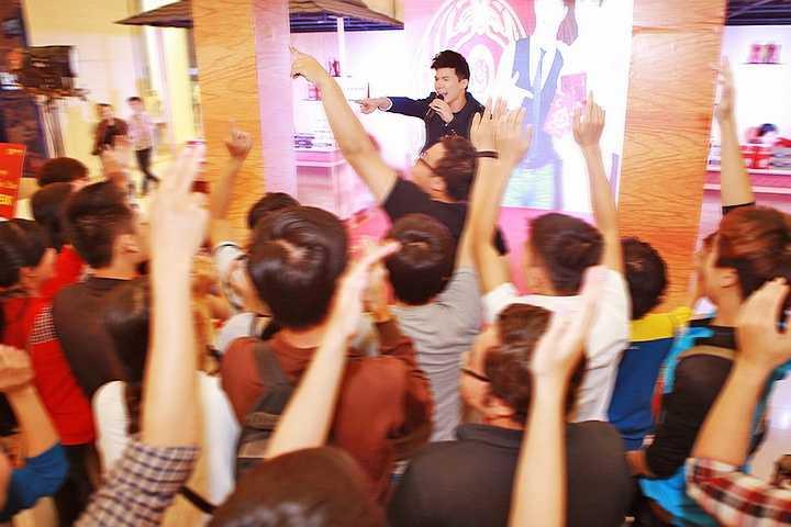Rất nhiều khách mời đã bày tỏ sự ngưỡng mộ khi được thưởng thức những siêu phẩm quốc tế một cách tuyệt vời và ấn tượng như vậy bởi một ca sĩ Việt