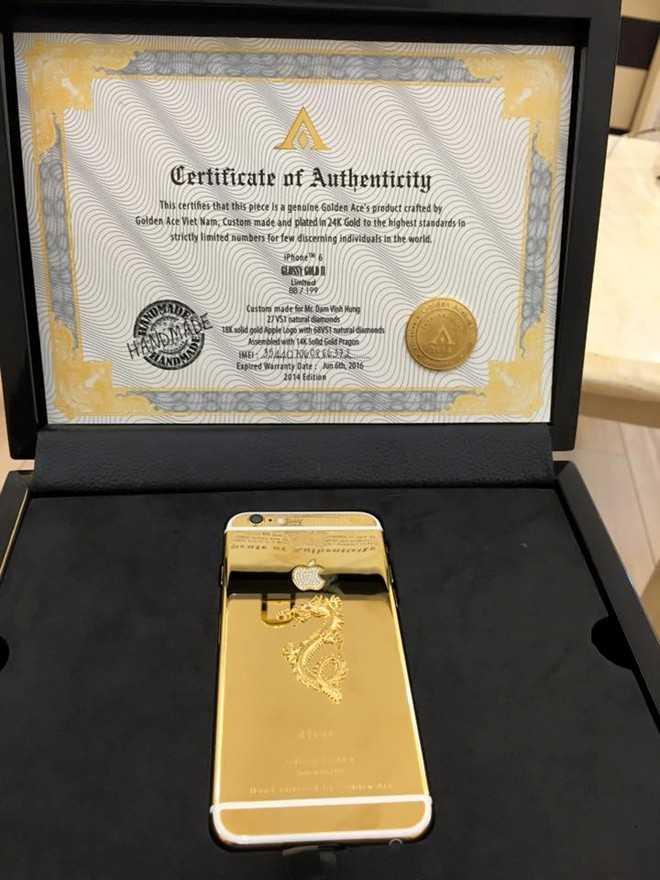 'Ông hoàng nhạc Việt' hào hứng chia sẻ chiếc điện thoại iPhone 6 dát vàng, đính kim cương và nạm hình rồng trên trang cá nhân.