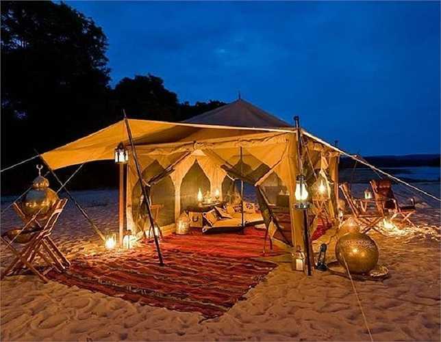 Một chiếc lều với những tấm rèm trắng mượt sẽ tạo sự quyến rũ và lãng mạn hơn bao giờ cho khung cảnh hẹn hò của các cặp tình nhân.