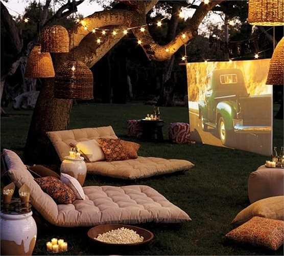 Xem phim giữa khung cảnh lãng mạn cũng sẽ tạo những sự khác biệt cho buổi hẹn hò so với trong rạp phim khô khan thông thường.