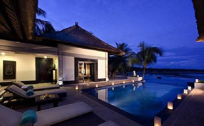 Hồ nước xanh trong tĩnh lặng cho các cặp đôi thư giãn và tận hưởng không khí lãng mạn.
