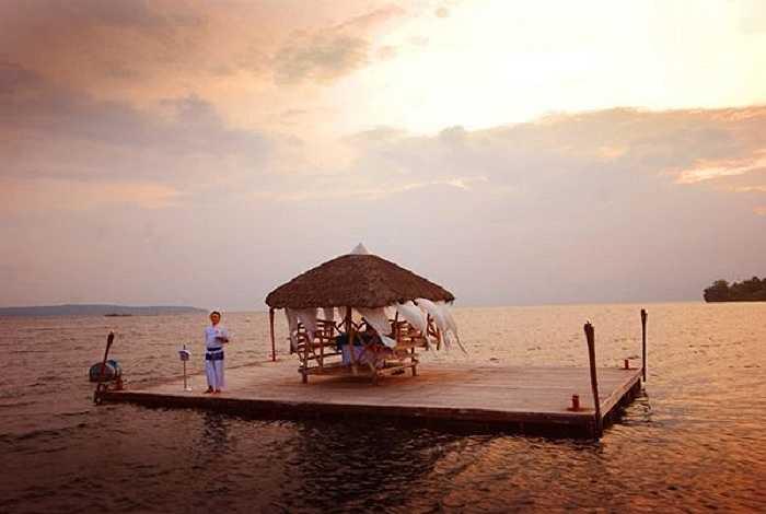 Một nơi hẹn hò độc đáo, riêng biệt nổi lên giữa lòng biển.