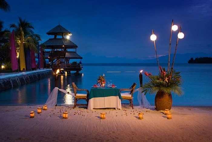 Bữa tối tuyệt vời bên hồ trong ánh đèn vàng.