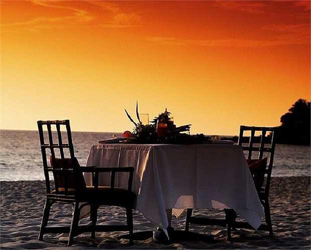 Một buổi hẹn hò trong chiều hoàng hôn trên biển.