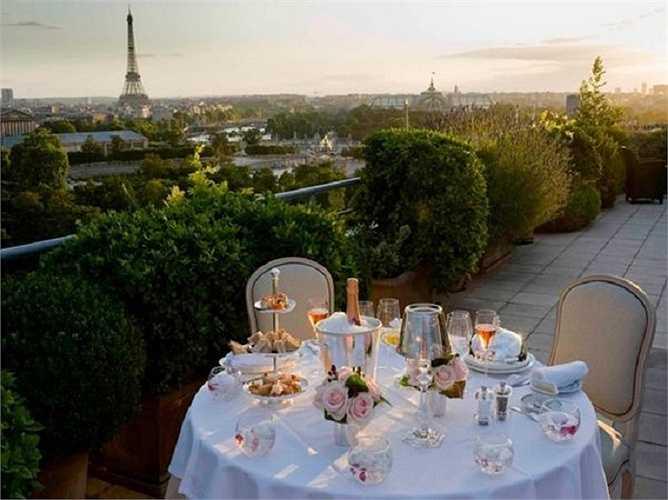 Vừa thưởng thức bữa trưa vừa nhìn đc toàn cảnh thành phố Paris và tháp Eiffel