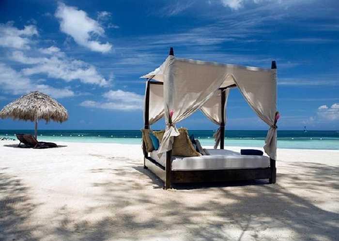 Một chiếc giường mềm mại trên bãi biển tuyệt vời.