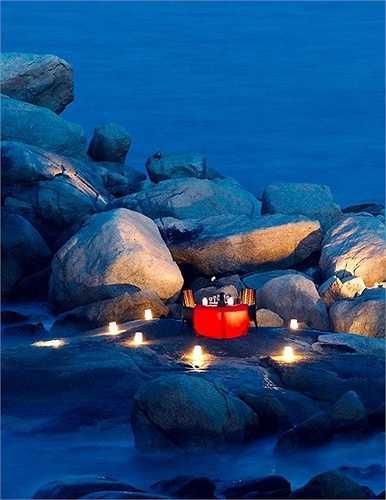 Đèn lồng và những ngọn nến khiến bữa tối trên những hòn đá khói trở nên mờ ảo và lãng mạn vô cùng.