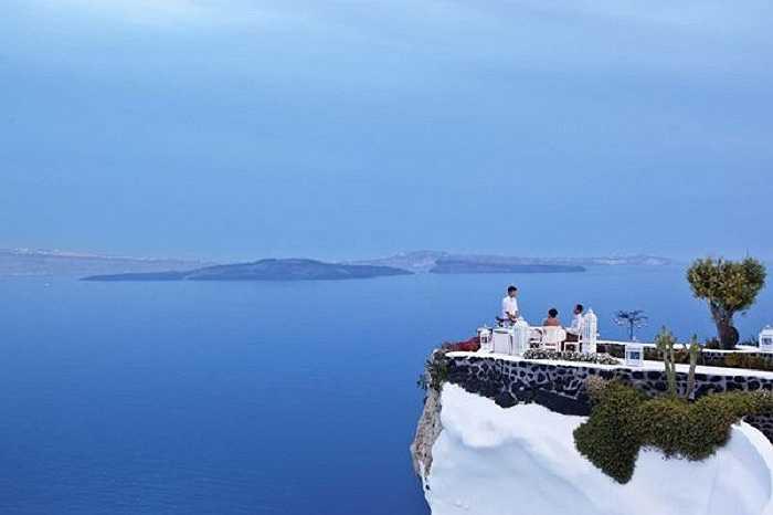 Một bữa ăn trên vách đá nhìn ra vùng biển Địa Trung Hải bao la rộng lớn.