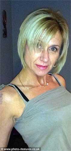 Lisa Holmes hút thuốc lá từ năm 16 tuổi. Cô luôn duy trì cân nặng ở mức 62kg với vòng 1 đầy đặn.