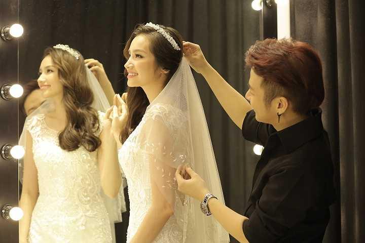 Sau khi hé lộ 4 mẫu váy cưới tuyệt đẹp, Trúc Diễm đã có mặt tại showroom của NTK Chung Thanh Phong để thử những mẫu váy này