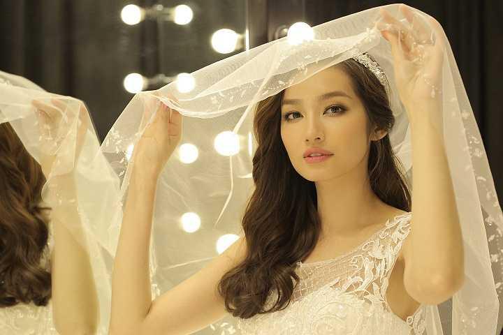 Ngoài ra, đây cũng là quan niệm đem lại may mắn ở phương Tây khi chú rể không được nhìn thấy cô dâu trong bộ váy cưới chính thức.