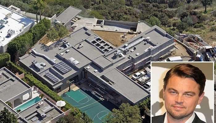 Leonardo DiCaprio - Hiện tại, nam tài tử sở hữu 4 ngôi nhà khác nhau. Tuy nhiên, đáng chú ý nhất trong đó là căn nhà 2 triệu USD của anh tại đồi Hollywood. Diện tích của nó cũng thuộc dạng 'khủng': 2.016m2. DiCaprio đầu tư mua thêm 2 mảnh đất xung quanh và một sân bóng rổ để phục vụ nhu cầu giải trí