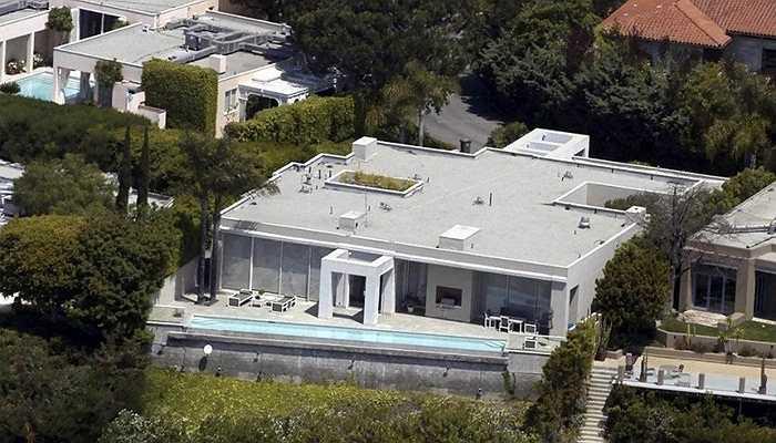Keanu Reeves - Tài tử điện ảnh này mua căn nhà 4 phòng ngủ,4 phòng tắm này vào năm 2003. Ngoài ra, nó còn sở hữu nhiều tiện nghi đáng giá khác, đặc biệt là bể bơi vô cực hiện đại