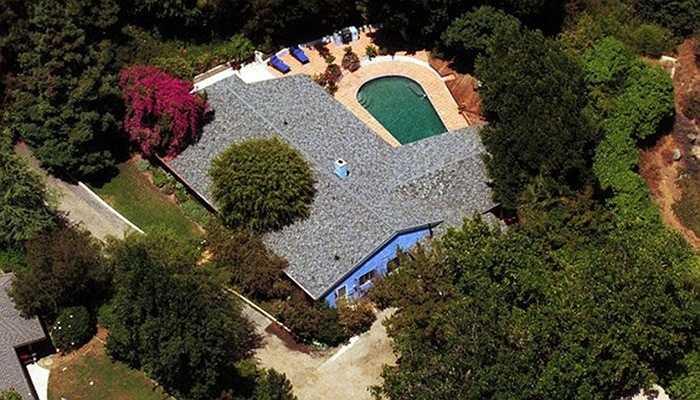 Salma Hayek - Căn biệt thự kiểu trang trại này được cô đào Salma Heyek tậu vào năm 1996 với giá chưa đến 600.000 USD. Tuy nhiên, cô không ở đây lâu mà cho thuê lại với giá 9.500 USD/tháng