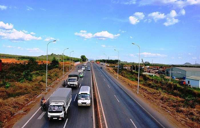 Sau khi hoàn thiện các phương tiện di chuyển từ Quốc lộ 1A lên cao tốc để về TP.HCM sẽ rút ngắn được thời gian đáng kể. (Ảnh Sỹ Hưng)