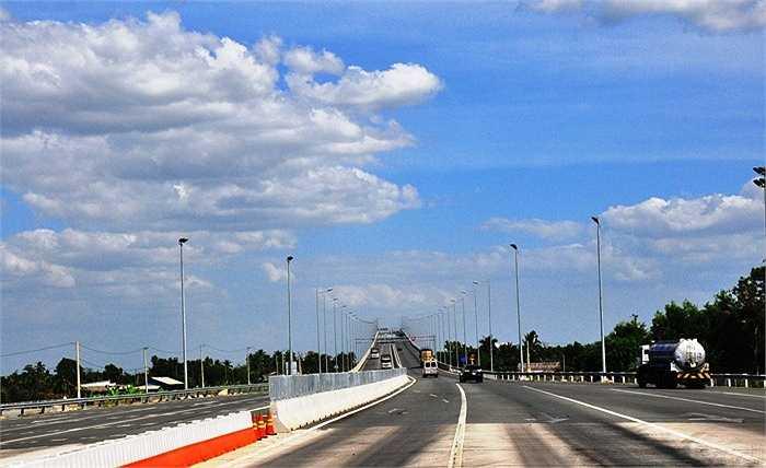 Ngày 8/2, đường cao tốc này sẽ thông xe toàn tuyến, rút ngắn hành trình từ TP.HCM về các tỉnh miền Trung, Tây nguyên. (Ảnh: Sỹ Hưng)