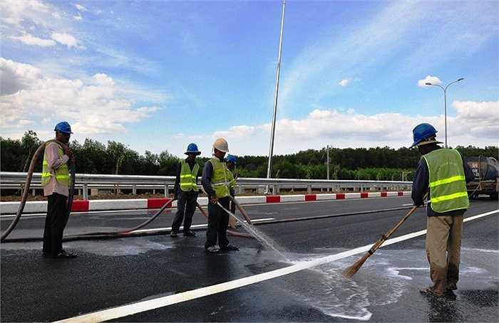 Theo ghi nhận của PV VTC News, để chuẩn bị cho ngày thông xe sắp tới, các đơn vị thi công đang khẩn trương thực hiện các công đoạn cuối cùng và đến thời điểm này đã gần hoàn thiện. (Ảnh: Sỹ Hưng)