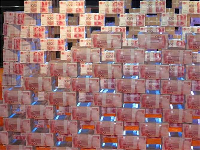 Công ty xếp các cọc tiền thành 2 vòng như bức tường thành đặt trên sân khấu.