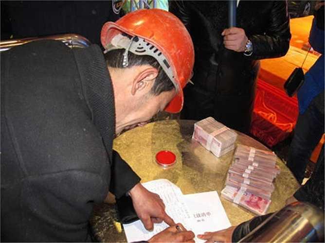 Các công nhân hào hứng ký vào giấy lĩnh tiền