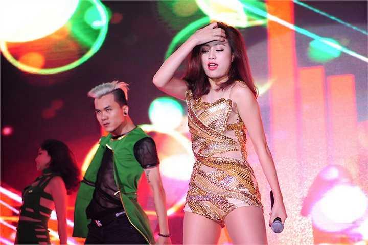 Song song với việc làm mới ca khúc hit của mình, Hoàng Thuỳ Linh cũng chuẩn bị tung ra MV độc đáo cho ca khúc Just you của nhạc sĩ Phương Uyên